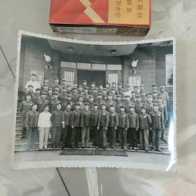 老照片,文革,军区文工团合影〈胸前戴毛主席像章〉,前排女兵。背影有文革标语和毛主席诗词