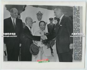 1961年中华民国陆军一级上将,台湾省政府主席,中国国民党副总裁陈诚和妻子~谭延闿之女谭祥访问美国照片,在华盛顿机场受到了美国副总统的迎接。