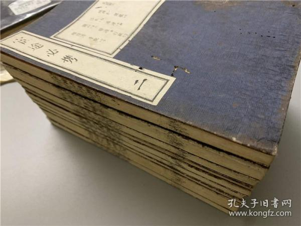 套印和刻本《官途必携》存9册(第2~10册,缺首册),各品官制衣服旗帜灯笼等示意图都是套印木版图。明治时期地方官从政当官必读,也是近代日本重要的制度文献之一。