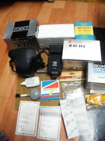 理光相机XR-10(带50/1.7的镜头,原装皮套,另配两个长焦镜头及其辅助配件,有一个镜头盖边部破损,机身镜头很干净,无碰撞擦伤,成色看实拍图。)