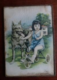 著名民国画家金梅生彩绘玻璃镜画,民国著名月份牌画家金梅生彩绘女孩和狗狗图座镜玻璃画:一面是女孩和爱犬玻璃彩画,另一面是水银镜上面美女头像。金梅生(1902一1989),民国著名月份牌画家,解放后任中国美术家协会理事。