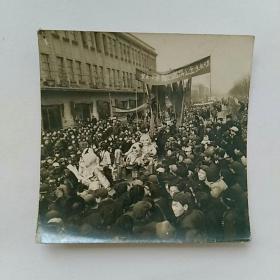 老照片,五十年代除四害讲卫生,街头宣传一一沈阳市~见报样