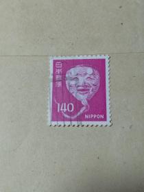 日本早期邮票 能乐老翁面具  140日元 信销票 能乐的面具是很宝贵的,市面上没有买卖,在博物馆能见到。为了表现神鬼世界,演员通过面具进行虚拟表演,用手掩面表示伤心落泪,或将面稍向下以示伤感。对于没有接触过能乐的人来说,面具是了解它的最佳途径。