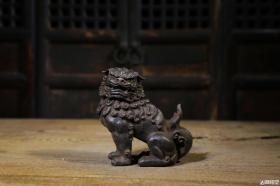 老铁器案头狮子摆件,早期收藏老铁器,造型威猛霸气,神态逼真,全品无坏完美完整。尺寸:长13cm~宽6.5cm~高13cm
