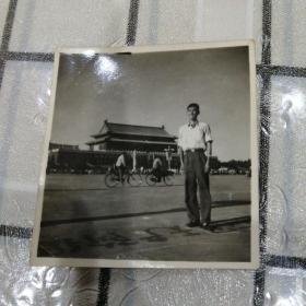 男子北京天安门留影(天安门维修)