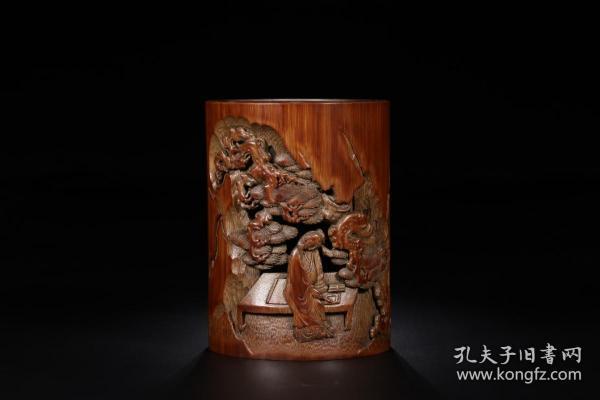 清代:竹雕松下高仕笔筒