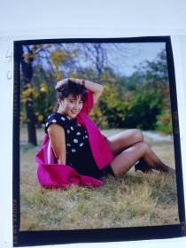 八九十年代美女明星照片反转片1张 草地躺美腿丝袜美人