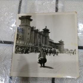 美女北京站留影(横幅,毛像,毛主席万岁)