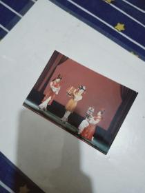 彩色照片【3个穿着满族服装的女青年 拿着鼓】