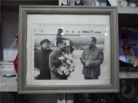 黑白照片:毛泽东,周恩来,朱德在机场