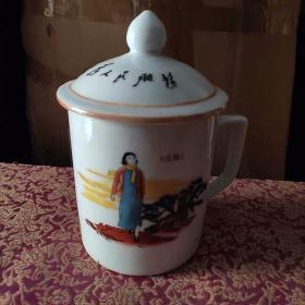六七十年代文革老厂货瓷器盖杯包老包真到代,纯手绘非贴花一个68,一对128。偏远地区不包邮