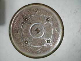 圆的铜镜,直径18公分,飞禽走兽