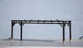 画案此案为书房佳器,圆腿对勾称,整体器形美观大方,造型独特,皮壳温润,细腻,可置画室,会所,书房,为文人雅士之最爱!榆木质尺寸:长2000宽800高830