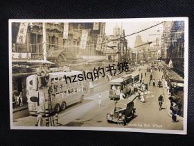 【照片珍藏】民国上海南京路先施公司至静安寺路上海国际饭店一段繁忙景象,可见各式广告条幅、汽车、来往行人等。老照片内容丰富、影像清晰、甚为难得