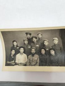 老照片。中国人民解放军第四野战军第49军文工团主创人员。这次军队改革后,军队文工团终结,将成为历史。