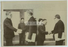1975年美国总统福特访华,邓小平和基辛格握手,乔冠华和福特握手,美联社新闻传真照片
