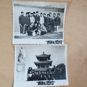 1965年与越南同学游东湖合影  原版老照片 2枚