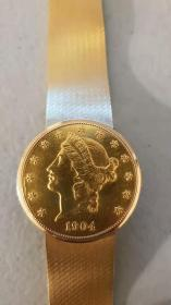 萧邦Chopard古董翻盖金币机械表 表径:35mm 表盖为一枚稀有的1904年20美元金币制作而成,正面和底盖都是22k金币,表头其余部分为18K实金,按动侧面三点位的机关即可以弹开表盖,露出内嵌的表,制作复杂精湛!精妙无比!按钮上还镶嵌一枚切割蓝宝石,非常绚丽。原装手动17钻超薄机械机芯,走时准确。全长腕周约195mm,总重约91克!收藏级的名表!