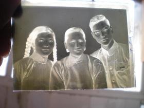老玻璃----底片!《大辫子姑娘和母亲,爱人等合影-----老照片: 玻璃底片》! 五十年代的,漂亮!
