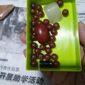 珠子一盒,三角的是和田玉料,红的椭圆形的研究半天没看出是啥材料,小的是玛瑙珠子,绿的是玉的,喜欢的来买,售出不退。