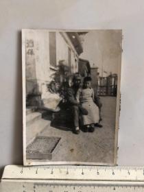 民国时期原版老照片:酒保门口日本鬼子松本军曹、中国儿童