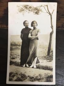 民国旗袍美女双人照片一幅