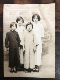 民国早期旗袍美女青年合影蛋白照一幅