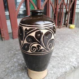 瓷器一个,年代未知,样子漂亮,价格不高,售出不退。有两处左右小面积脱釉,品相如图,售出不退。