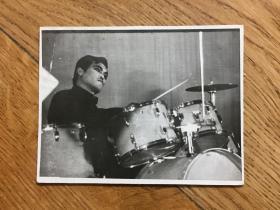 著名小品笑星,二人转演员赵本山1983年签名照片,尺寸:11*9cm。成名前的老照片难得,更何况有签名。