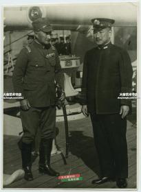 1941年日军占领下的南京,日本陆军大将,驻中国南方军总司令寺内寿一, 登上出云号装甲巡洋舰,与日本驻中国海军舰队司令岛田繁太郎合影老照片