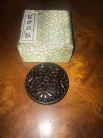 H-0256八十年代老漆器 上海西泠印社【硃砂印泥】 如意云纹屈轮剔犀漆盒60克二两装印盒/开盖香气芬芳持久的上品