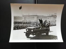 毛主席在1966年10月18日第五次乘敞篷车检阅百万红卫兵!(精彩历史瞬间)