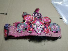 客家刺绣帽围,清代旧物,花卉人物图案都有。博物馆级文物,包老包真。