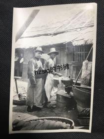 【照片珍藏】民国1922年武汉汉口当地士绅和工人于一作坊(染坊)留影及周边景象,可见地上的布料和其它物件,工人手持一工具面带笑容。老照片内容丰富,是民国工商业难得原始影像