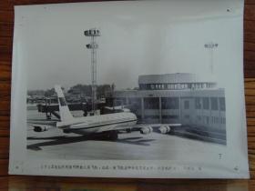 老照片:【※1982年,北京首都国际机场---卫星园厅外面的民航客机 ※】