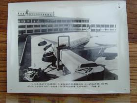 老照片:【※1982年,北京首都国际机场---卫星园厅外面的登机桥连接民航客机 ※】