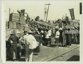 民国时期火车站月台军列老照片,坐满军阀士兵,可见机关炮等武器,车前有一些百姓,泛银,26.4X20.3厘米