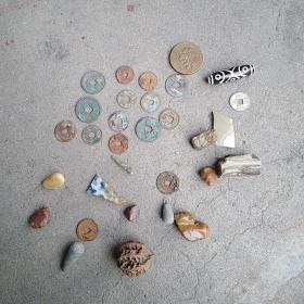 各种物件一堆,有11届亚运会纪念章,有古钱币,古箭头等,有用的来买,售出不退。买前想好,价格不高,售出不退。