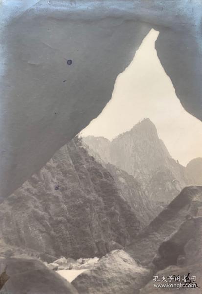 民国摄影名家 卢施福 1932年摄影作品一大幅 右下角有卢施福亲笔签名(尺寸:27.5*19.5cm)