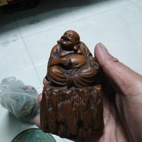 黄杨木雕刻弥勒佛,整座佛像是由一块材料整体雕刻而成,工艺精湛,造型完美,笑容自然,形象快乐中透出达观慈善、普渡众生、知足常乐、佛人两界、出凡入世的飘然境界,……美中不足的是左手食指有点小缺憾,大家一睹照片就明白了,佛像整体相当不错,年代目前尚无法确定,懂得来买,售出不退。大多数朋友认为是黄杨木,如果有个别朋友不认可,请多方查资料或请高人指点再决定是否购买,东西不错,喜欢的来买,售出不退。