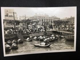 【照片珍藏】民国上海法租界外滩建筑及码头停靠的舢板、行人等景象,老照片影像很是清晰,细节可辨、颇为难得