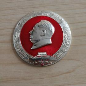 毛主席像章(直径7厘米,此像章原来是在一个木箱子上镶嵌着)