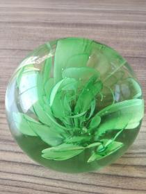 山东博山八十年代八十内植花朵琉璃球摆件。