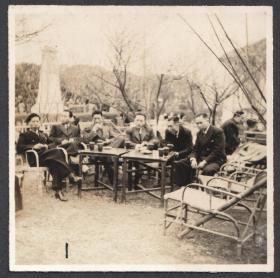 民国老照片,民国时期文人雅士公园喝茶场景老张照片