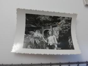 七八十年代黑白  美女  老照片 1张 景区里