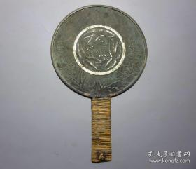 精美铜镜 日本江户时期老铜镜 家徽花卉铜镜 带柄总长约23厘米 镜面直径14厘米 重253克 版模异常深峻精美 铜质精良 雕工精湛 非常罕见 不可多得 值得收藏