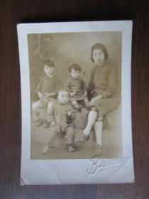 民国36年女子和三个儿童合影照片(平阳县前兄弟照相馆)