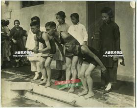 民国早期美国加州华人华侨子弟学校上游泳课体育老照片,早期海外华侨教育旧影,共计两张,尺寸均为25.2X20.2厘米