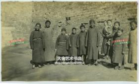 民国1920年代在北京的古城墙墙根下,驻北京的美国大兵和当地的中国儿童们合影老照片,泛银,13.9X8.2厘米