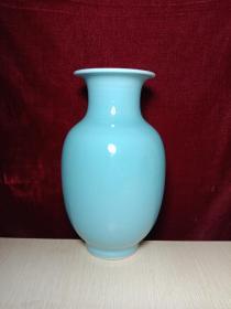 清代乾隆豆青单色釉灯笼瓶